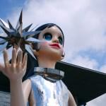 【話題】神戸の兵庫県立美術館前に設置された少女のオブジェ「サン・シスター」