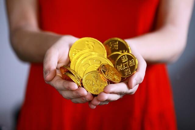 お金と赤いドレス