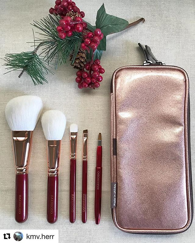 #Repost @kmv.herr (@get_repost)・・・Merry Christmas to all! I just want to share a picture of  my new Hakuhodo Bordeaux Set- soft and dense Saikoho hair, beautiful rose gold ferrules and burgundy handles Thank you so much, @toshiyafukuma @fudejapan for getting this set for me. It really is more gorgeous IRL#fude #fudejapan #fudelover #madeinjapan #makeupbrushes #makeupbrushcollector #brushcollection#hakuhodo