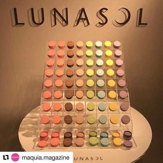 """#lunasol macaron Eyes#Repost @maquia.magazine (@get_repost)・・・本日「ルナソル 2018 SPRING MAKEUP COLLECTION発売前イベント」が開かれ、マキアブロガーの皆さんと参加しましたのでレポします*2018春のメイクコレクションは、マカロンの世界にインスパイアされた【可憐浄化】がテーマ。カシスのピンク、マンゴーのオレンジetc. 鮮やかで美しいカラーバリエーション×マットな中から艶がにじんでくるような""""ソフトグロウ""""な質感が特徴。その色の鮮やかさから「つけこなせるかしら?」と思うかもしれませんが、心配ご無用❣️ ソフトグロウな質感や、ほどよく透け感のある発色で、大人でも簡単につけこなせるよう計算済み。*イベントでは、ヘア&メイクアップアーティストの木部明美さんが登場しデモンストレーションも! 艶と色をまとうことでみるみるモデルさんの顔が春らしいハッピーフェイスに*まるでマカロン?というビジュアルもキュートなマカロンニュアンスアイズ、クレヨンタイプで目元・チーク・リップに使えるカラーリングクレヨン、柔らかな質感の4色アイパレット・マカロングロウアイズ…etc. 充実のラインナップで2018年1月12日発売です。(マキアブロガーのイベントレポは #ルナソル_マキア  でチェックできます ぜひあわせてご覧くださいね😀)*ウェブ編集n.n#ルナソル_マキア #ルナソル #lunasol #可憐浄化 #ルナソルマカロン #maquia #maquiaonline"""