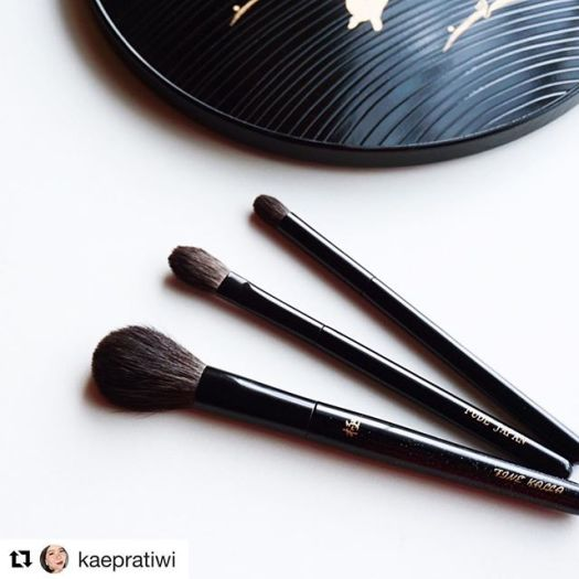 """#Repost @kaepratiwi with @get_repost・・・I'm very delighted to have finally added these brushes into my slowly-growing Japanese brush collection. They are #Kyureido Fine Kalla Cheek brush, #FudeJapan's own brand Eyeshadow L and M. The bristles are all grey squirrel - incredibly soft and wispy. o.What makes them very special is they come engraved with my name, Kae (Kei). I asked Toshiya-san @fudejapan to choose a kanji for it that has a positive meaning. He came with 恵 which means """"abundant"""". I thought it couldn't have been more perfect! To me, abundant doesn't always have to be translated into materials or grandness, but rather what's unseen and often taken for granted. It's a great symbol and I shall remember it every time I use the brushes ️ .o.Thank you so much Toshiya-san for the prompt replies and fast service 🏼 .o.#TheFruitCompote #japanesebrushes #makeupbrushes #TFCMakeupBits"""