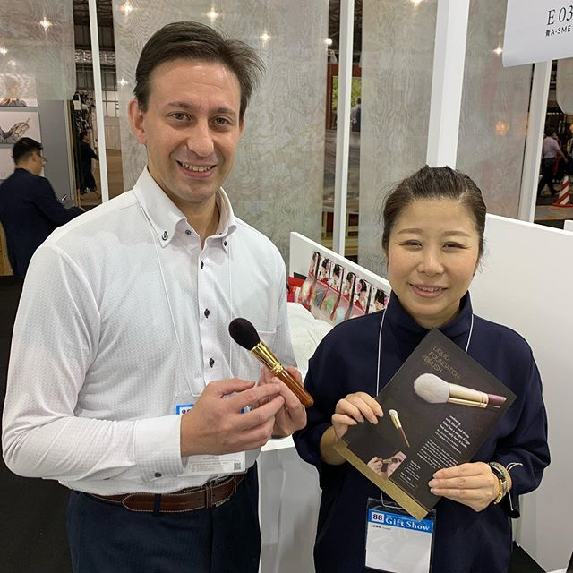 I went to Gift Show and visited Bisyodo counter. Adam and Ueda san. Actually, Bisyodo is formally Ueda Bisyodo. They have been providing hair to Kumano brush makers and recently began to manufacture own brand. My contact is Adam.This is the first time to meet Adam. I had thought he was an Australian for some reasons. Well, his email in Japanese is impeccable or native, and I met many Australians who speak Japanese very well. My biased image.. He is from New Jersey and a Polish descendant. As his grandfather moved to American from Poland during the war, we talked about the history, Chicago as a city of many Polish Americans, Schindler's List for a while. Not about brushes ... So a Polish American works for a brush company in Osaka. He said the strongest language is Japanese. Isn't it unique?