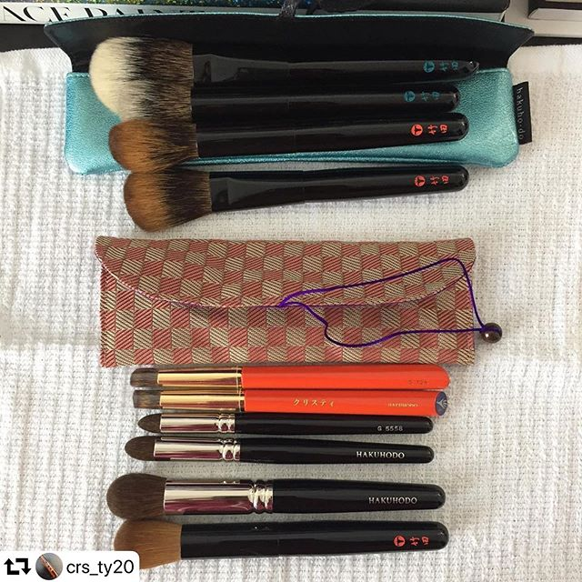 Thank you🏻 @crs_ty20・・・In case anyone was wondering the size and functionality of the new Koyudo Tatami-bori pouches that you can get from @fudejapan ... this is a very well made brush pouch for medium to small size brushes. It can comfortably fit a small face and maybe an eyeshadow or several eyeshadow brushes. I'd say the max is 3 for a comfortable fit and so you don't stress the string that it comes to tie it closed. The price is 1,500 yen and this checkered one came as a complete surprise when I saw the purple lining inside... I have the Hakuhodo single pouch as reference. That one is more appropriate for long handles and since it's narrower I only use it for a single large face brush. If you're already familiar with Toshiya I seriously recommend you add one or two on your next order. You'll be pleasantly surprised at how pretty and affordable they are. 🙃#cristysfude #fudejapan #fude #kumanofude #koyudo #takedabrush #takedabrushinc #takedabrushes #hakuhodo #japanesecraft #japanesemakeupbrushes #beauty #beautytools