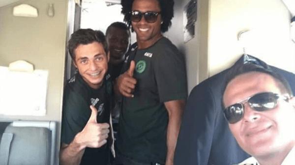 Dos de los jugadores del Chapecoense se fotografiaron junto al piloto del avión.