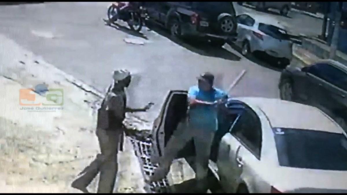VIDEO: Chofer le da batazo a otro que le explicaba que camión estaba averiado