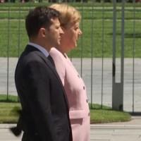 VIDEO: La canciller alemana sufre un ataque de espasmos durante un acto oficial