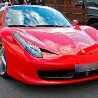 Buscan conductor que llevaba a una mujer desnuda sobre su Ferrari