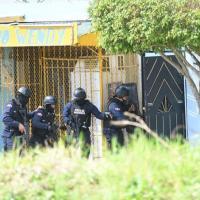 Hombre secuestra a una familia y mata a agente de los Swat en SDE; estaba atrincherado