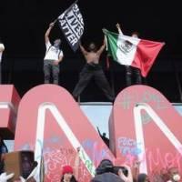 Manifestantes asedian la sede de la CNN en Atlanta y vandalizan su logotipo
