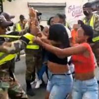 Policía hacía cumplir el toque de queda y fue recibida con agresiones