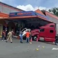 VIDEO: Patana pierde el control y se estrella en Plaza Jacaranda