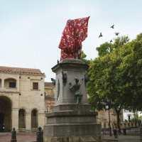 Encubren estatua de Cristóbal Colón en la Zona Colonal por 'denigrar' a Anacaona