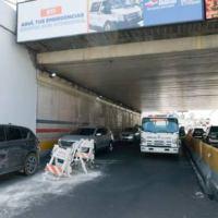 Chocan 5 vehículos en paso a desnivel de la 27 por montículo de asfalto
