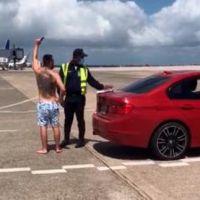 Hombre ingresa en vehículo a la pista de despegue del aeropuerto Las Américas