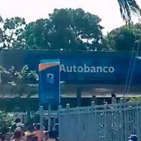 En medio de tiroteo dos encapuchados y cargan con valija dentro Banreservas en Higüey