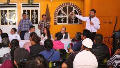 Octavio Ocampo hace entrega de estufas ecológicas en Jungapeo
