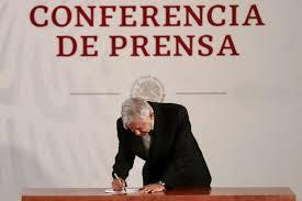 Signa AMLO memorándum para dejar sin efecto Reforma Educativa