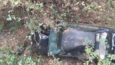 Tras volcadura, termina vehículo en el fondo de un barranco