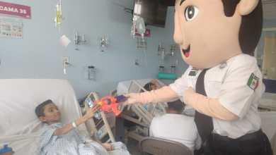 """El """"Comandante Bob"""" haciendo una visita de cortesía a los pequeños"""