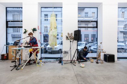 "Stephanie Müller / Klaus Erich Dietl, ""B[e]Ware – Singer vs. Abhörapparat"", 2015"