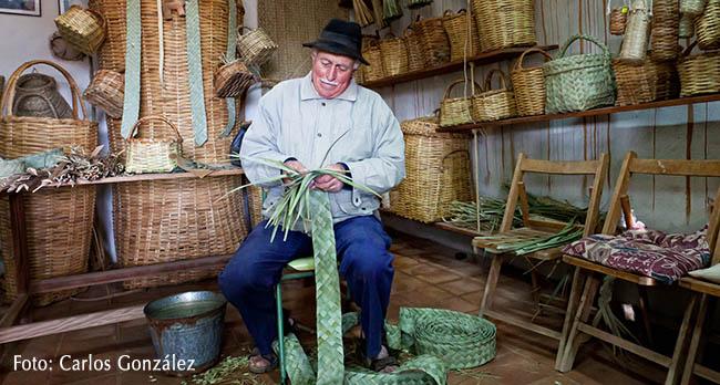 Artesano trabajando con palma – Eco Museo de La Alcogida