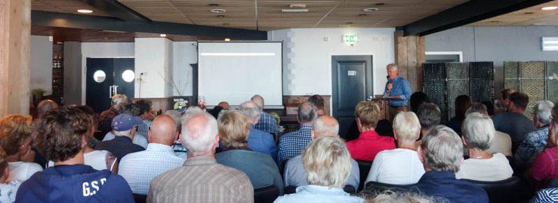 een volle zaal toehoorders bij de presentatie van het boek