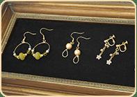 小さな作品はもちろん、陶器や立体的な作品、ハンドメイド作品など、さまざまな種類の作品を展示することができます。