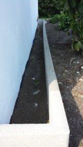 Hier Bieten sich Kies Streifen an oder wie auf den Bild zu sehen Rasenborde die Wurzelwerk nicht ans Gebäude lassen und auf gefüllt mit Kies ein idealen Spritzwasserschutz bieten.