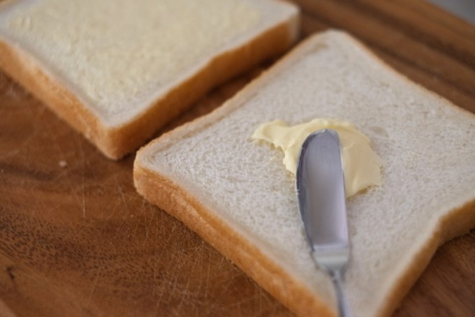 COGHLANS(コフラン)A&Fホットサンドクッカー|パンにバターを塗る