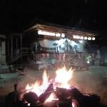 関山神社本殿をどんど焼き越しに見る