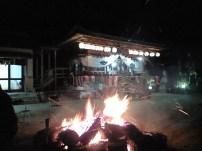 関山神社本殿をどんと焼き越しに見る