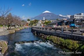 浅間大社御手洗橋からの富士山