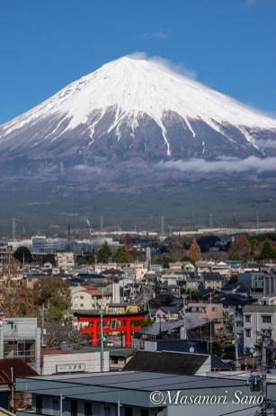 展望室屋外から富士山を見る