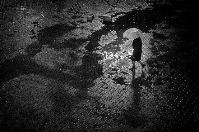 Sola bajo la lluvia por Javier Mirón, con Fuji X100S
