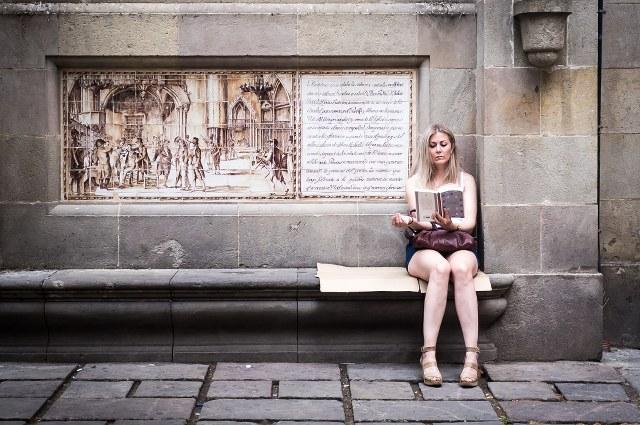 """""""Lady reading"""" por Enric Fradera, con Fujifilm X100."""
