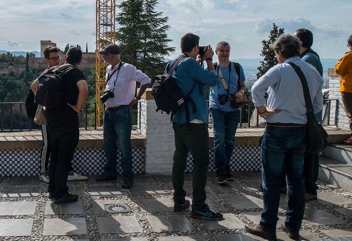 En el mirador de la Mezquita Mayor de Granada, con grúa incluida, por @pitergabriel.