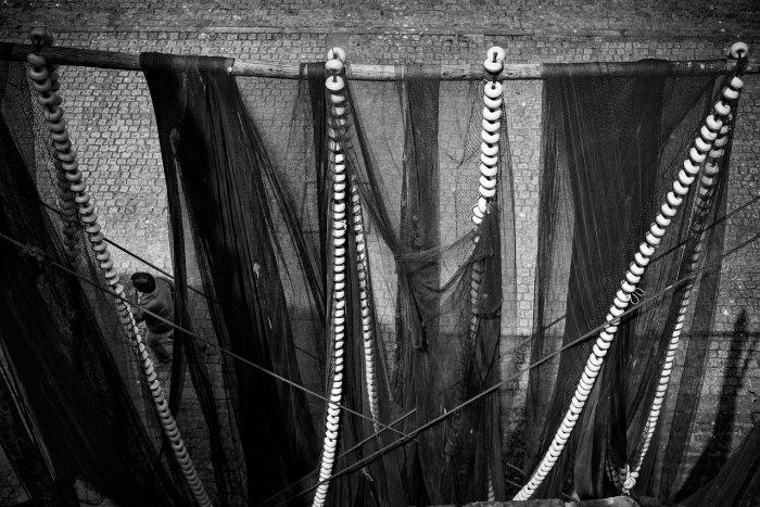 """""""Paseando bajo las redes"""" por Joseba Arginzoniz, con Fuji X-Pro2 + XF 35mm F2 R WR."""