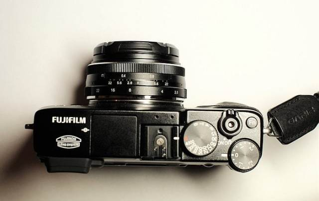 Foto del Meike 28mm f/2.8 montado en una X-E1.