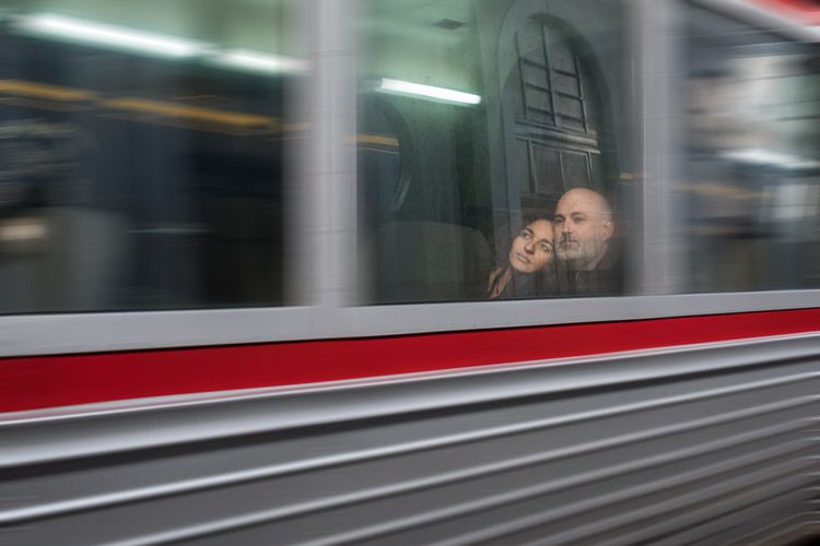 """""""El tren hacia una nueva vida"""" por Antonio Rodríguez. Ganador del desafío Fujista """"Tras el Cristal"""". X-Pro2 + XF 23mm F1.4 R."""