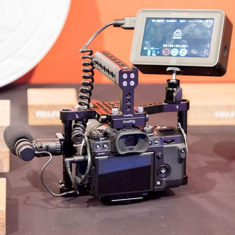 La X-H1 es la primera cámara de la Serie Xque se plantea como herramienta de grabación de vídeo profesional.