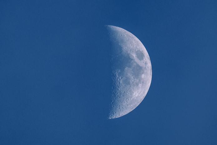 Luna con XF 100-400mm F4.5-5.6 R LM OIS