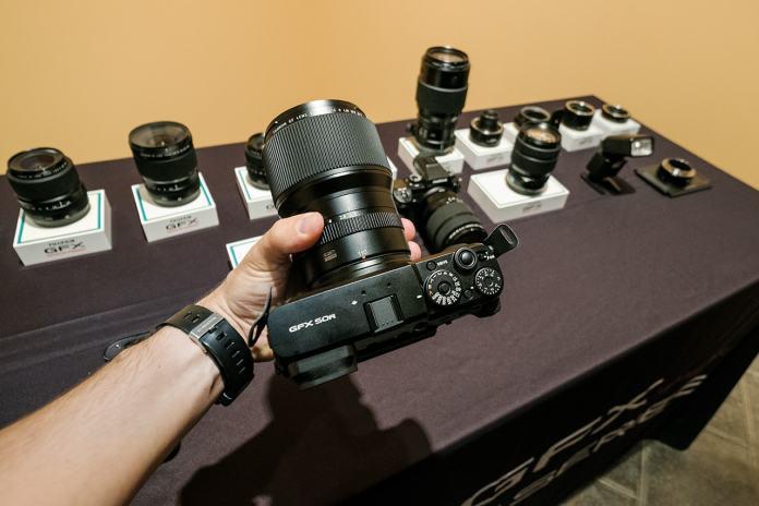 Fujifilm GFX 50R en la mano.