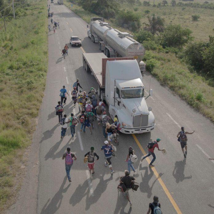 """""""The Migrant Caravan"""" , serie de Pieter Ten Hoopen"""