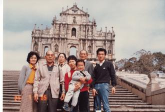 私自身はまったく覚えていないのですが、両親の両祖父母がそろって、香港とマカオへ旅行したときの1枚です。この翌年に父方の祖母は病に倒れているので、これが最初で最後の機会となってしまいました。また、現在は両祖父母とも他界しています。
