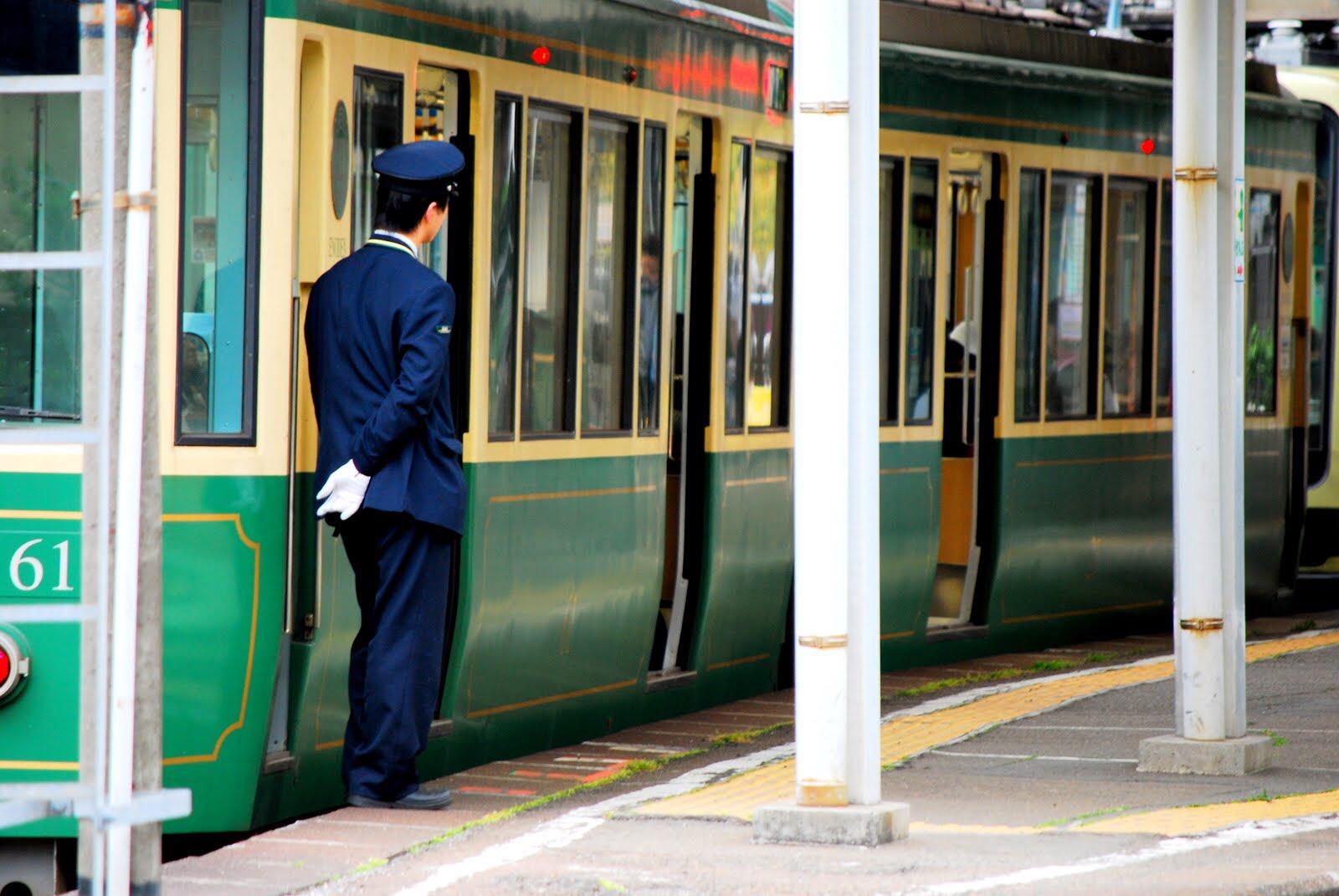 電車の車掌や運転手の仕事内容・車掌と運転手になる方法を解説