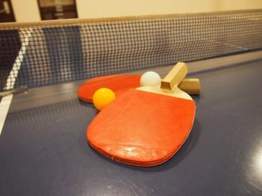 卓球のダブルスのサーブは対角線に入れるように打つのがルール