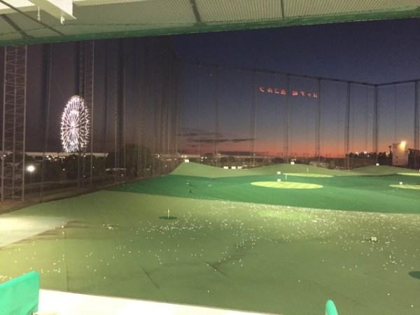 夜のゴルフ練習場