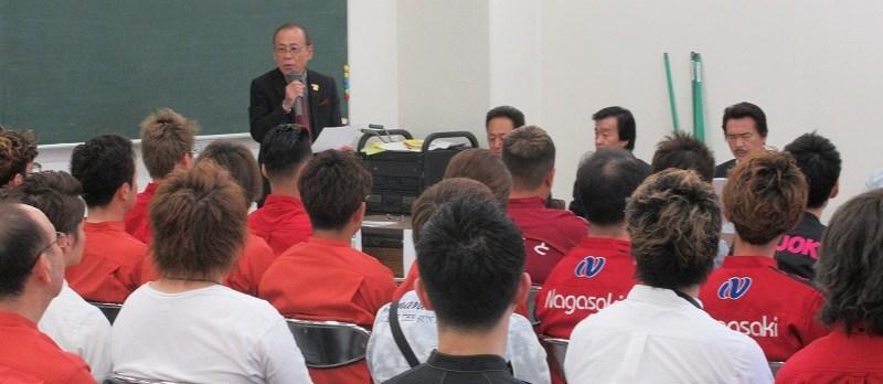 s-①開会式の様子(丸山教育委員長)