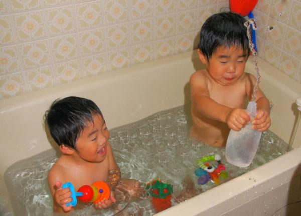 お風呂でのおもちゃを使った知育遊びがもたらす良い効果