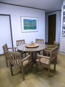 無垢丸テーブルとアームチェアー